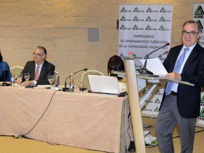 El reelegido presidente de Hosbec, Toni Mayor, en la asamblea de la patronal hotelera.