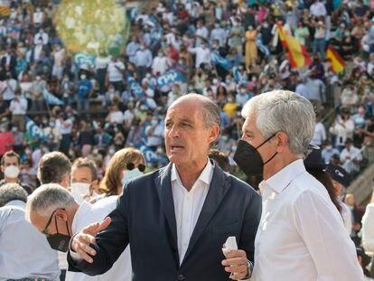 Francisco Camps y Adolfo Suárez Illana, este domingo en la Plaza de Toros de Valencia.