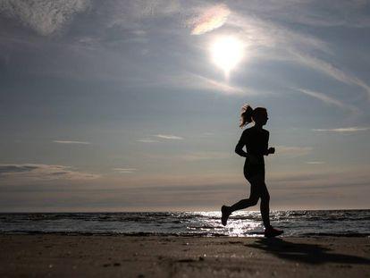 Una mujer hace 'jogging' en una playa rusa, el pasado julio.