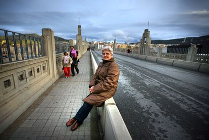 Liberia Hernández posa en el puente de San Jordi, próximo a su domicilio de Alcoi, a finales de febrero de 2011.