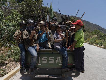 Niños armados de la comunidad indígena de Ayahualtempa, en el estado de Guerrero, México. En el video, los niños disparan sus armas.