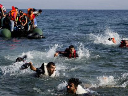 Migrantes llegan a nado a Lesbos ayer tras un naufragio.