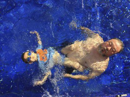 El artista Ai Weiwei, con su hijo en una piscina de Múnich, en una foto de su cuenta de Instagram.