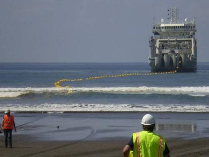 Imagen de un barco instalador de cables submarinos de fibra óptica.