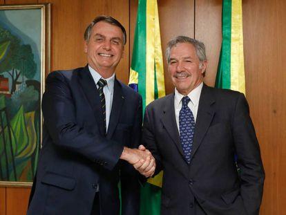 El presidente de Brasil, Jair Bolsonaro, saluda al canciller argentino, Felipe Solá, durante la reunión que mantuvieron en febrero pasado en Brasilia.