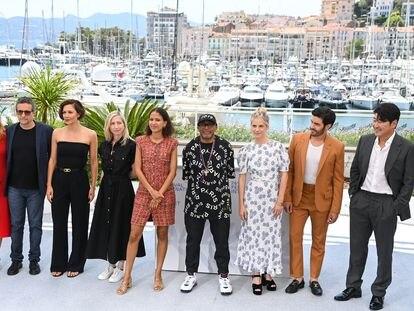 De izquierda a derecha, el jurado de Cannes 2021: Mylène Farmer, Kleber Mendonça Filho, Maggie Gyllenhaal, Jessica Hausner, Mati Diop, Spike Lee (presidente del jurado), Mélanie Laurent, Tahar Rahim y Song Kang-ho, .