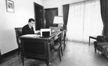 Julio Fernández Gayoso en su despacho, tras su primer ascenso en el año 1958, de la entonces Caja de Ahorros de Vigo