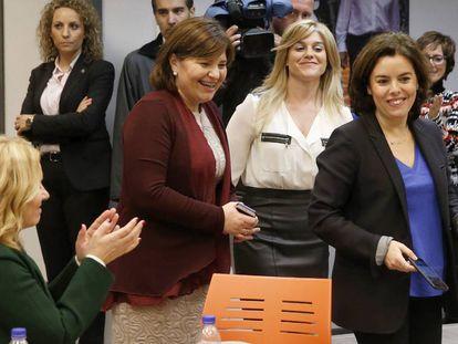 La líder del PP valenciano, Isabel Bonig, en el centro, junto a Soraya Sáenz de Santamaría.