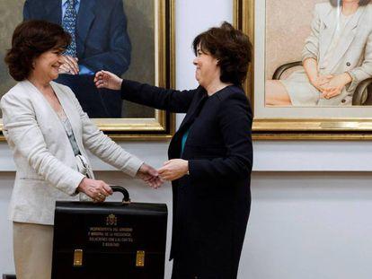Carmen Calvo recibe la cartera de manos de su antecesora Soraya Sáenz de Santamaría. En video, declaraciones de las ministras y ministros tras prometer cargo.