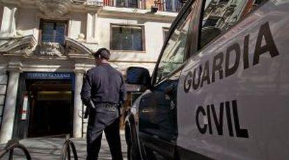 La Guardia Civil, hoy frente a una oficina de Generali en Sevilla.