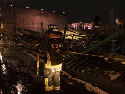 Un bombero trabaja en la zona dañada.