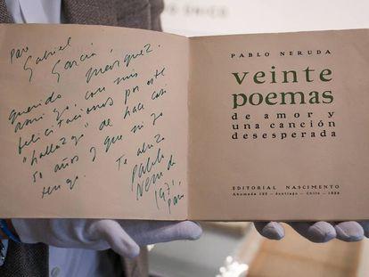 Dedicatoria de Neruda para García Márquez en una primera edición de 'Veinte poemas de amor y una canción desesperada'. En vídeo, imágenes de la colección.