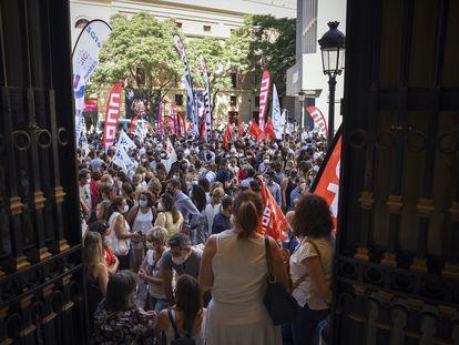 Un grupo de empleados de CaixaBank protesta contra la entidad financiera el pasado 22 de junio.