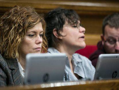 La dipudata Elisenda Alamany sentada en su nueva ubicacion junto a los diputados de la CU.