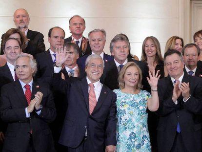 Sebastián Piñera, junto a su esposa y su equipo de Gobierno.