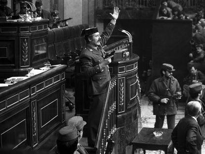 El teniente coronel Tejero irrumpe, pistola en mano, en el Congreso de los Diputados el 23 de febrero de 1981, durante la segunda votación de investidura de Calvo Sotelo como presidente del Gobierno.
