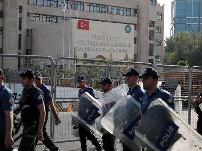 Agentes de policía toman posiciones en el exterior del Ayuntamiento Metropolitano de Diyarbakir en la mañana del lunes.