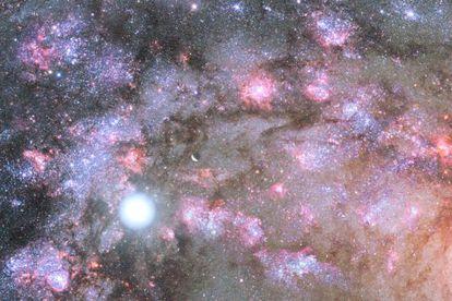Ilustración del centro galáctico GOODS-N-774 con un intenso proceso de formación estelar.