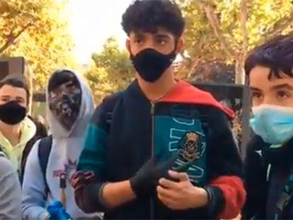 Un grupo de jóvenes en el paseo de El Espolón de Logroño limpiando los destrozos del 11 de noviembre.