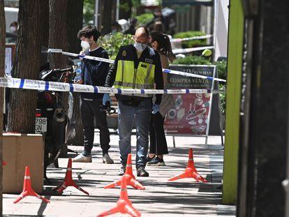 Agentes de la Policía Nacional ante la joyería de la calle de Ayala de Madrid donde se ha producido el atraco.