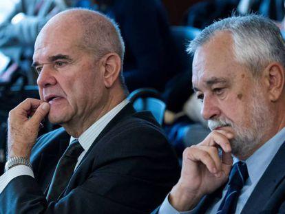 Los expresidentes José Antonio Griñán (derecha) y Manuel Chaves escuchan al abogado de este último, Pablo Jiménez de Parga, en el juicio de los ERE. Foto: Raul Caro