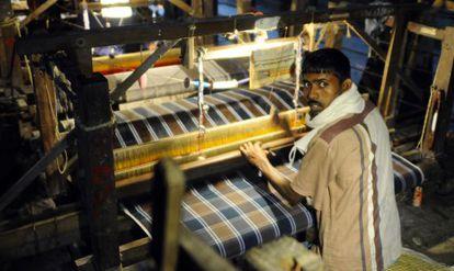Un trabajador de una de las fábricas de telas de Bangladesh.