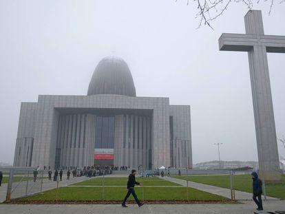 Un grupo de personas acuden a la iglesia del Templo de la Divina Providencia el pasado 11 de noviembre en Varsovia, Polonia.