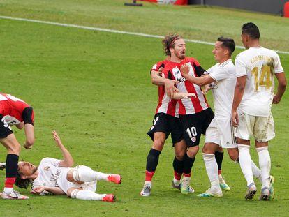 Los jugadores del Athletic y el Real Madrid se enzarzan tras una falta de Muniain a Modric. / Humberto Bilabao (Europa Press)