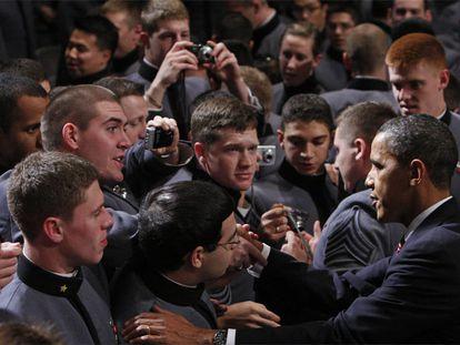 Barack Obama saluda a los cadetes en la academia militar de West Point (Nueva York), donde la noche del martes pronunció su discurso sobre la estrategia en Afganistán.