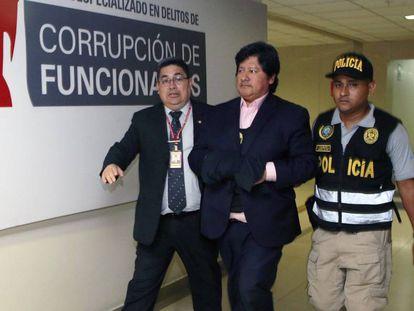 Edwin Oviedo, escoltado por oficiales en Lima.