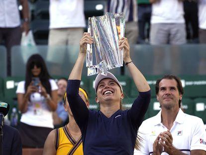 Paula Badosa alza el trofeo de campeona, en la pista central de Indian Wells.