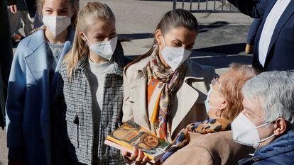 -FOTODELDIA- GRAF8461. SANTA MARÍA DEL PUERTO (ASTURIAS), 23/10/2021.- La reina Letizia (c), la princesa Leonor (2i) y la infanta Sofía (i) conversan con los habitantes de Santa María del Puerto, Asturias, en el concejo de Somiedo, reconocido como el Pueblo Ejemplar de Asturias de este año, donde han sido recibidos al son de las gaitas y con banderas de España y del Principado. EFE/ Ballesteros