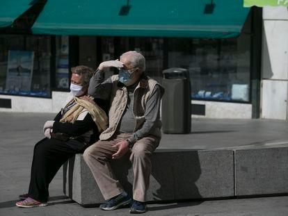 Dos personas con mascarillas, el pasado sábado en Madrid.