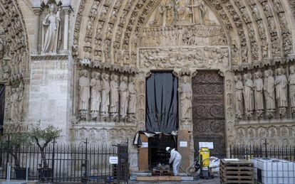 Un obrero trabaja en la reconstrucción de Notre Dame, hoy, en París.