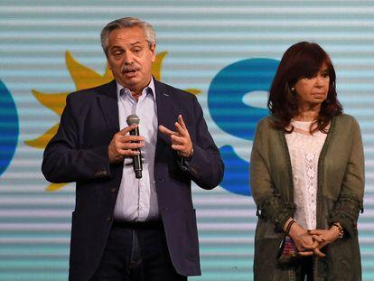 El presidente de Argentina, Alberto Fernández, y la vicepresidenta, Cristina Fernández de Kirchner, hablan a sus seguidores tras la derrota del domingo en las elecciones primarias.