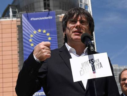 Carles Puigdemont y Quim Torra, ante el edificio de la Comisión Europea, en Bruselas. En vídeo, Puigdemont y Comín intentan sin éxito recoger su acta de eurodiputados con un poder notarial belga.