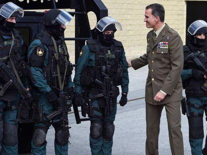 El Rey, con miembros de los cuerpos especiales de la Guardia Civil, en Valdemoro (Madrid).