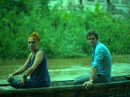Candela Peña y Raúl Arévalo, en 'Black Beach'.