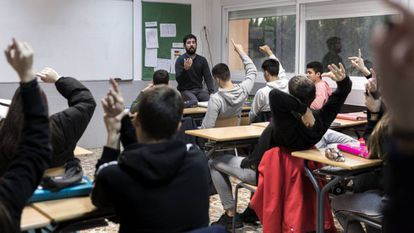 Varios alumnos intervienen durante una clase de 4º de ESO.