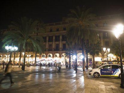 Un coche de la Guardia Urbana aparcado en la Plaza Real.
