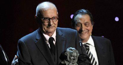 Mario Camus, con el Goya de Honor, junto a Sancho Gracia.