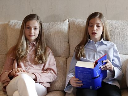 La princesa Leonor y su hermana, la infanta Sofía, leyendo 'El Quijote', en el palacio de La Zarzuela.