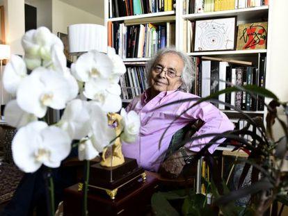 El poeta sirio Adonis en su casa de París durante la entrevista.