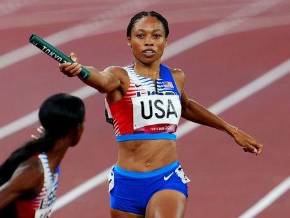 Allyson Felix entrega el testigo a su compañera durante la final de los 4x400, en la que ganaron oro.