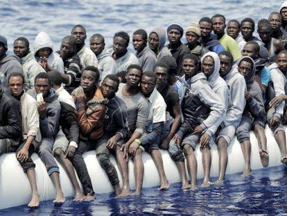 Migrantes en un bote inflable frente a las costas de Libia, en junio de 2016.