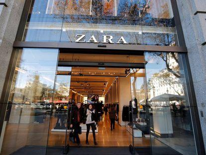 Dos clienets salen de una tienda de Zara en Barcelona