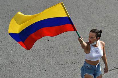 Una mujer sostiene una bandera colombiana, en Cali, este 19 de mayo.