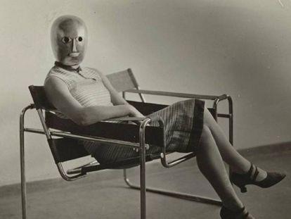 Una mujer con una máscara teatral, de Oskar Schlemmer, sentada en la silla Wassily, de Marcel Breuer, hacia 1926.