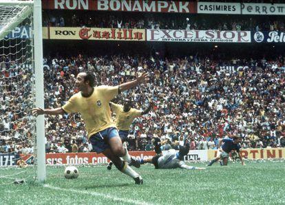 Tostão, en primer plano, y Pelé, celebran el 1-0 en la final de México 70.