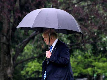 Donald Trump camina hacia el Marine One.